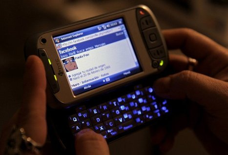 Facebook наняла бывших инженеров Apple для создания смартфона