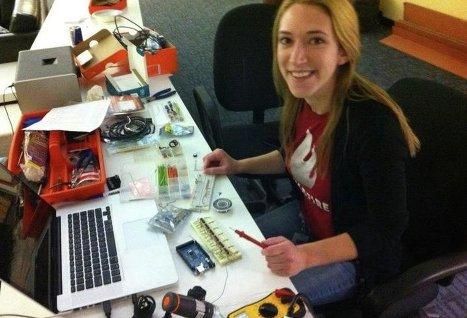 Младшая сестра основателя Facebook станет сотрудницей Google