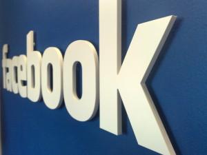 Facebook последовательно запускает  обновлённый интерфейс страниц брендов в мобильных приложениях