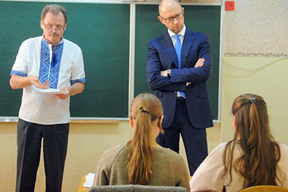 Премьер-министр Украины Арсений Яценюк посоветовал учащимся переходить из «ВКонтакте» в Facebook
