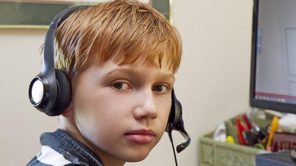 Стало известно, чем занимаются российские дети в Сети