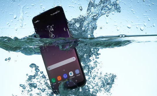 Что нельзя делать, если ваш смартфон упал в воду