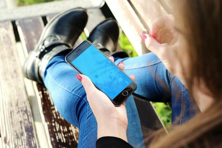 Почему смартфон нельзя носить в кармане. Эксперт дал ответ