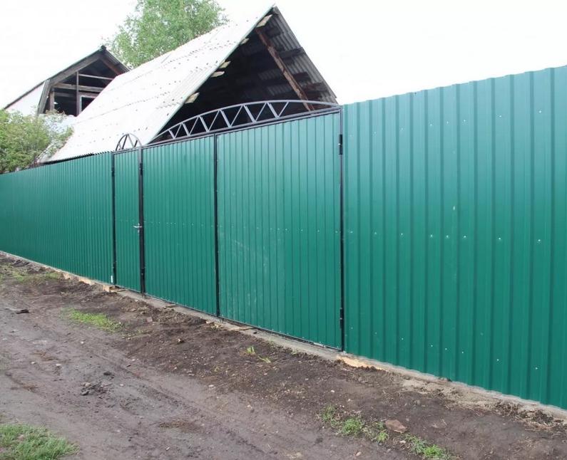 Дачный забор из профлиста или металлической сетки